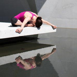 Pose de yoga nécessitant de la souplesse
